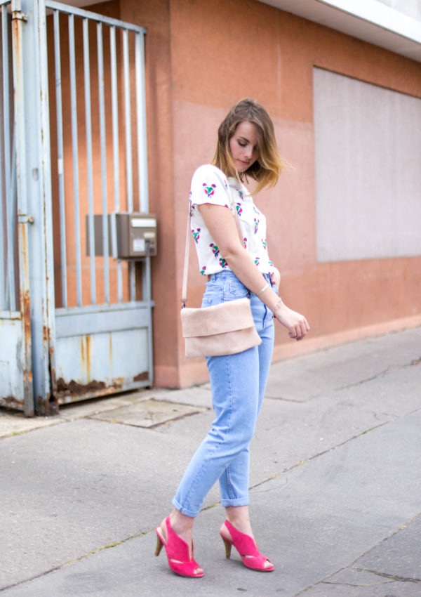 Mom Jeans & Fuchsia Sandals